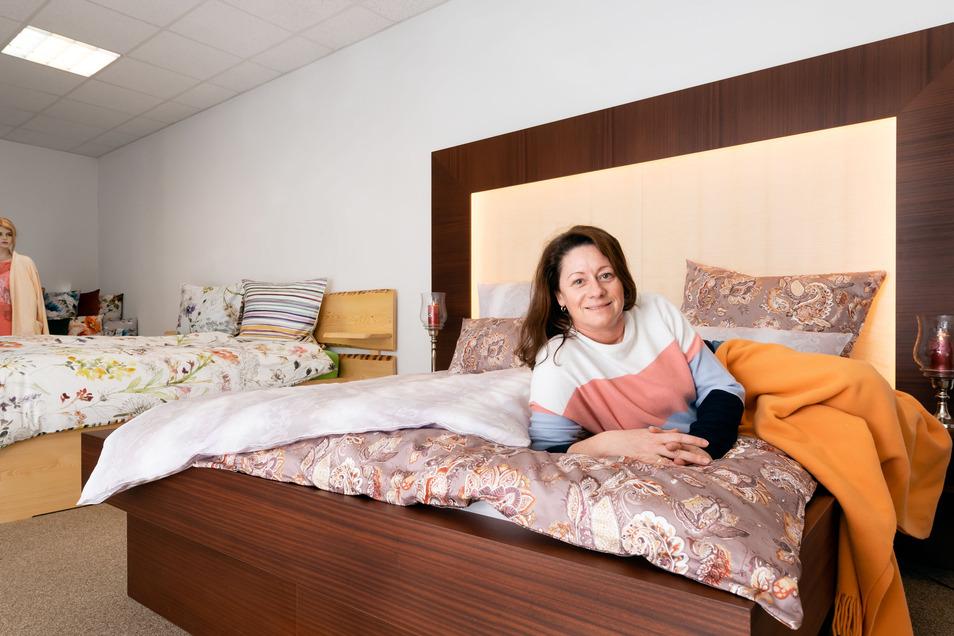 Romy Tauscher führt mit ihrem Mann Holger seit 2018 das Fachgeschäft Betten-Hartmann. Zum angestammten Sortiment kommen nun auch Möbel, wie dieses Bett, aus der eigenen Werkstatt.