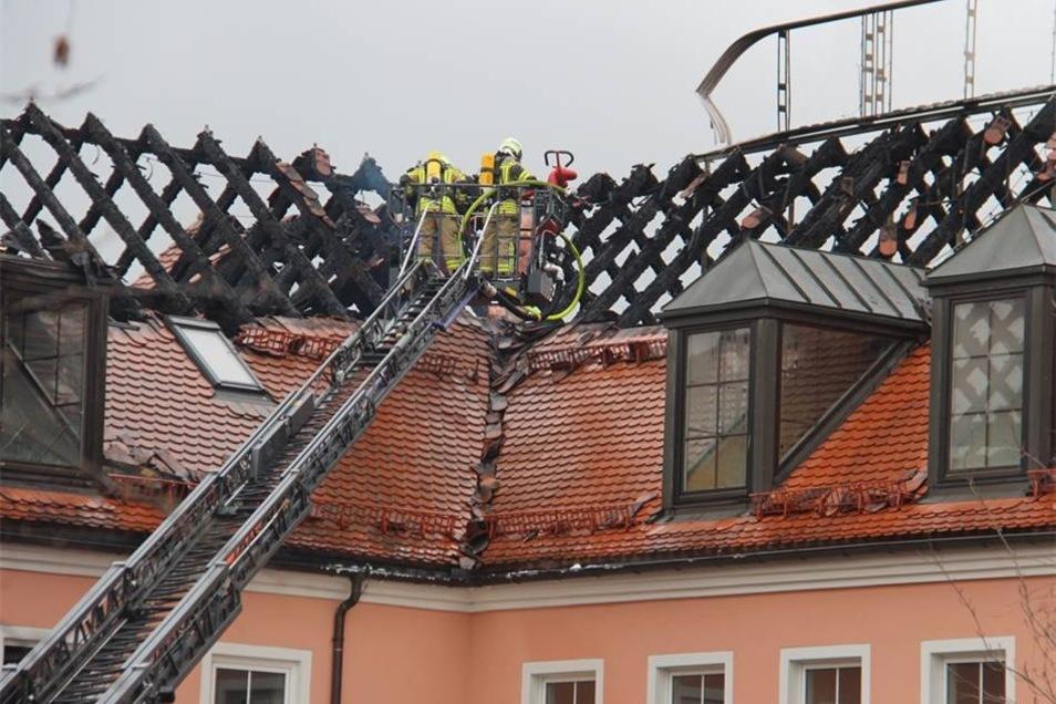 Nach dem Großbrand in Bautzen: In der Nacht zum Sonntag wüteten Flammen in der geplanten Flüchtlingsunterkunft im Bautzener Hotel Husarenhof. Am Morgen danach bot sich ein Bild der Verwüstung.