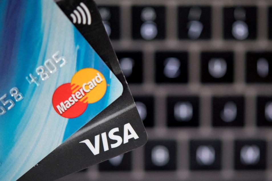 Verbraucher müssen sich beim Bezahlen per Kreditkarte im Internet auch bei kleineren Beträgen an strengere Sicherheitsbestimmungen gewöhnen.