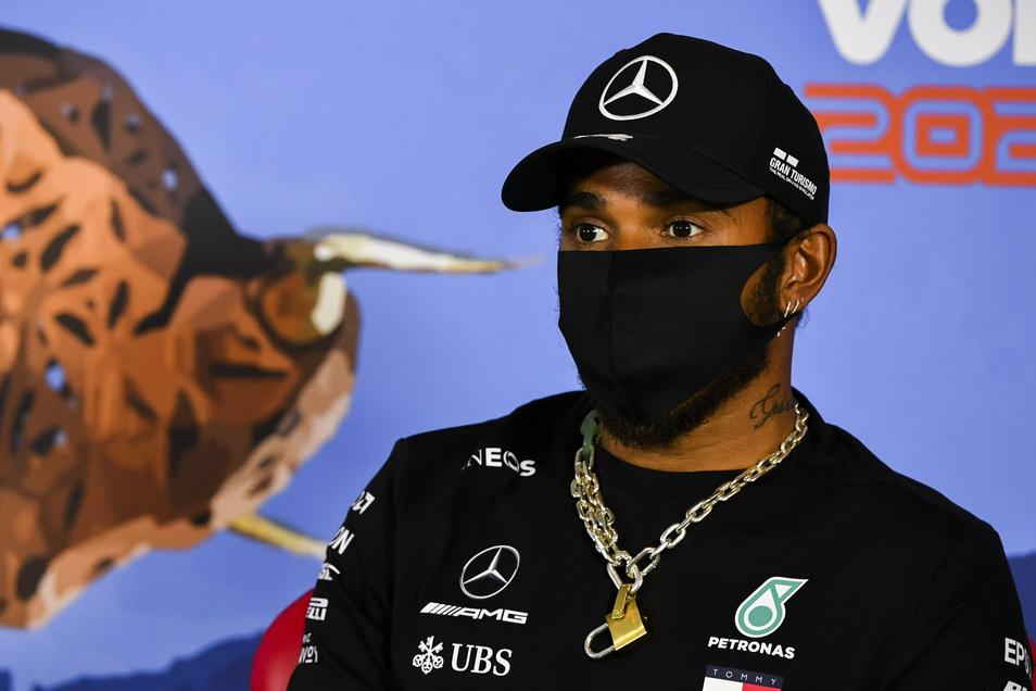 Weltmeister Lewis Hamilton aus Großbritannien hält sich an die Maskenpflicht bei der Pressekonferenz.