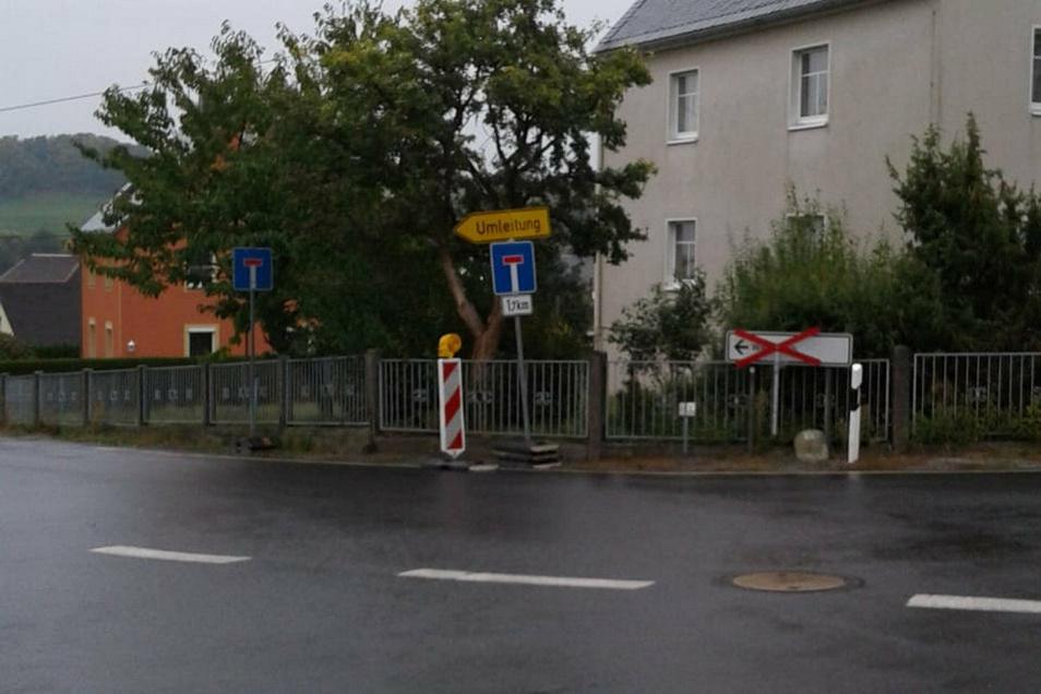 Auch im Ort zur Hauptstraße hinunter stehen zwei Sackgassenschilder dicht hintereinander.