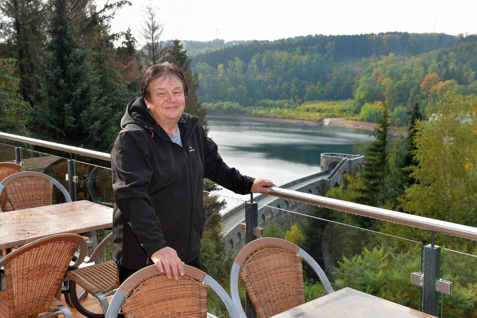 Frank Kunath lehnt sich ans Geländer der Freiterrasse. Schon für diese besondere Aussicht auf die Staumauer der Talsperre Klingenberg hat sich der ganze Aufwand des Wiederaufbaus gelohnt.