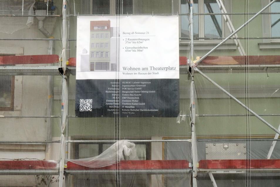 Ein Haus am Theaterplatz ist laut Plakat ab dem Sommer 2021 bewohnbar. Nach Steffen Köhler werden weitere folgen.