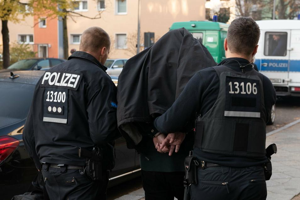 Drei Personen sind festgenommen worden, weil sie islamistischen Terror finanziell unterstützen wollten.