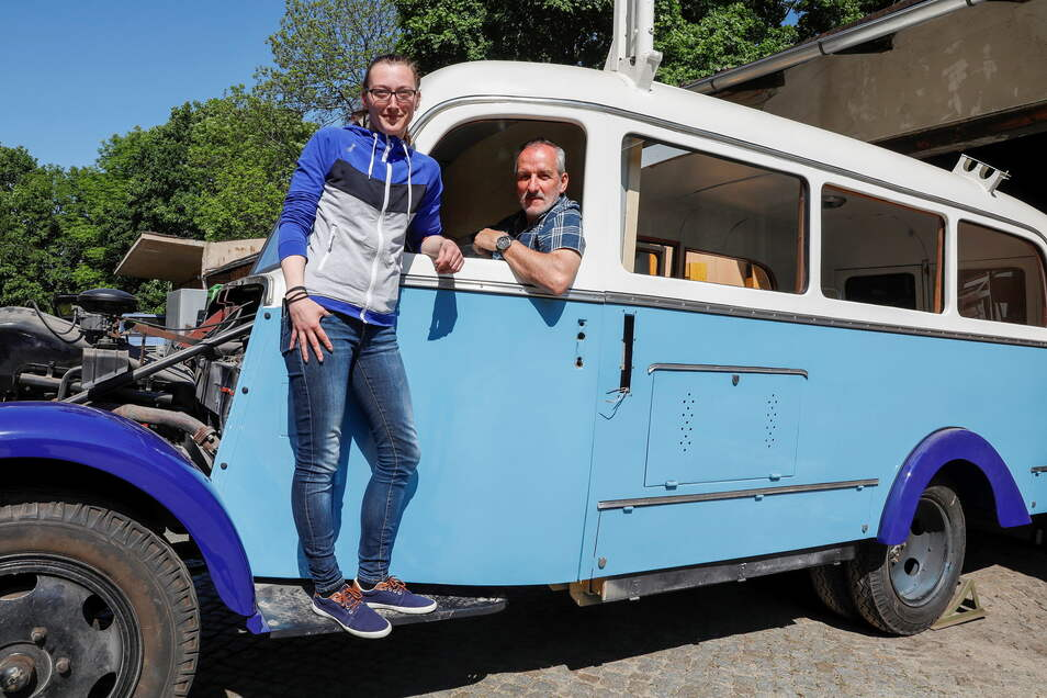 """""""Zeitsprung""""-Mitarbeiter Doreen Pohl und Peter Hoyer mit dem Phänomen Granit 27, den die gemeinnützige GmbH restauriert."""