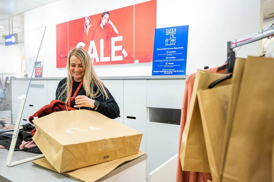 Oliwia Klakowska packt im Görlitzer C&A die ersten Tüten ein. In Görlitz machen auch viele kleinere Geschäfte bei Click&Collect mit.