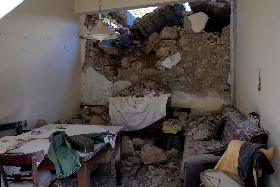 Die Wand eines Hauses ist eingestürzt, nachdem der Ort Sampas im Zentrum des Insel Kreta von einem Erdbeben erschüttert wurde.
