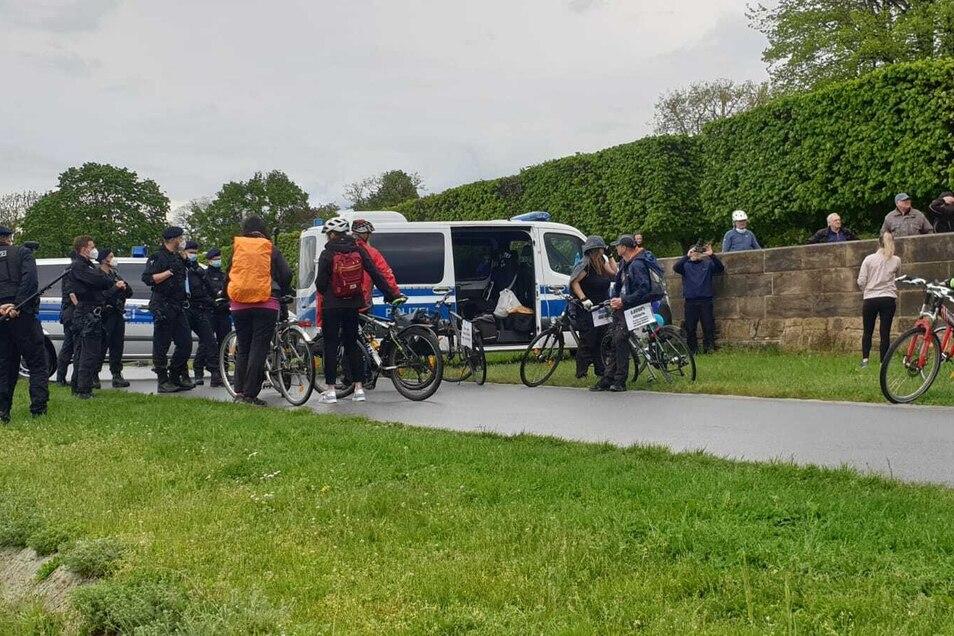 Die Gruppe Radfahrer am Glockenspielpavillon erhielten einen Platzverweis von der Polizei.