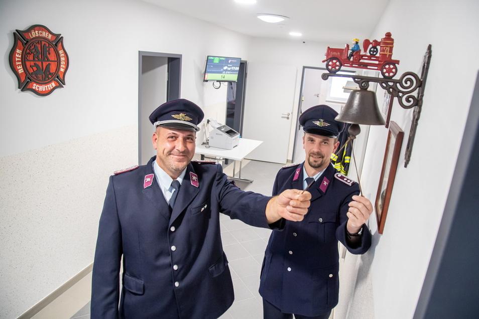 Freitag wird das Gerätehaus der Feuerwehren Mückenhain und Särichen eingeweiht. Wehrleiter Falk Fünfstück (Särichen - links) und André Bucher (Mückenhain) läuten mit der Glocke des Kreisbrandmeisters das Ereignis ein.
