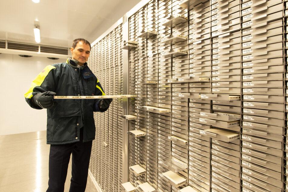 Der Technische Geschäftsführer Vinzenz Lange zeigt das gekühlte Probenlager des DKMS Life Science Lab. Jetzt wird die Technik seiner Firma auch für Corona-Tests genutzt.