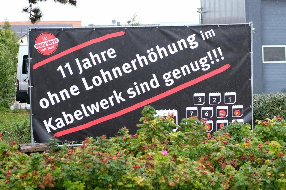 Auf einem Plakat gegenüber des Kabelwerks forderten Gewerkschaftsmitglieder Anfang Oktober mehr Lohn. Jetzt streiken sie.