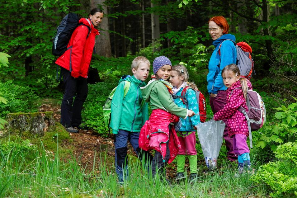 Edwin (8) Inga und Gerda (5 Jahre) sowie Finja (7 Jahre, 2. von links vorn) sammelten mit ihren Familien beim Wandern Müll in der Nähe von Gondelfahrt und Nonnenfelsen ein. Das war eine der Routen, auf der relativ viel zu finden war.