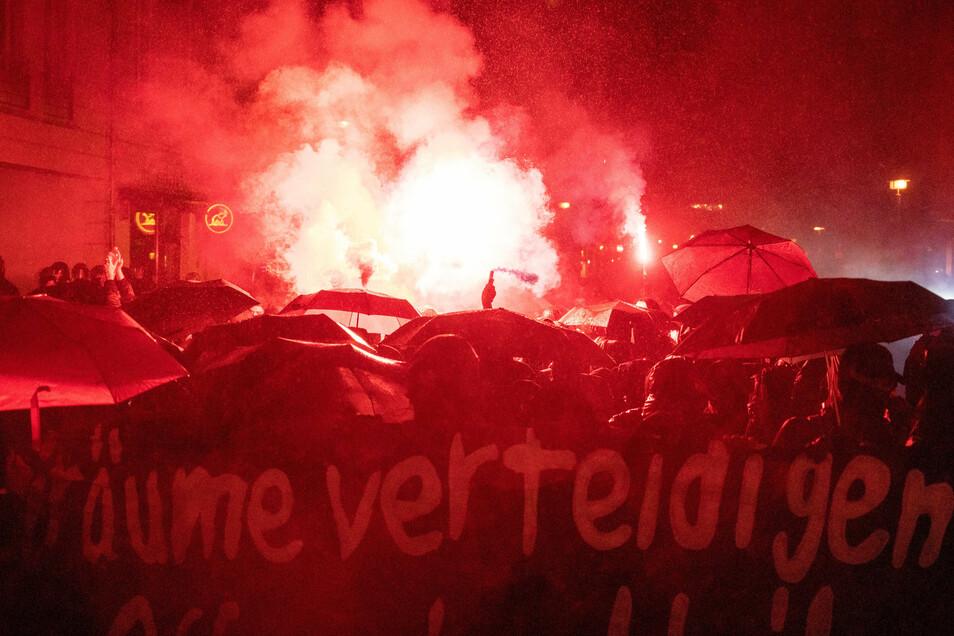 Demonstranten zünden bei der Demonstration in Berlin unter anderem Bengalische Feuer.