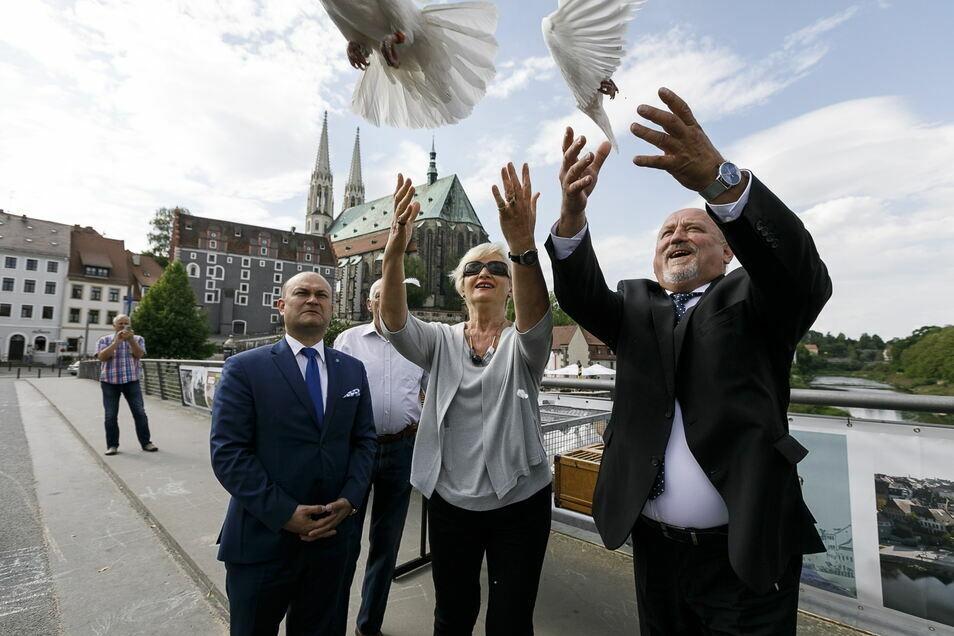 Da war noch alles friedlich: Rafal Gronicz, Zofia Barczyk und der ehemalige Görlitzer OB Siegfried Deinege auf der Altstadtbrücke.