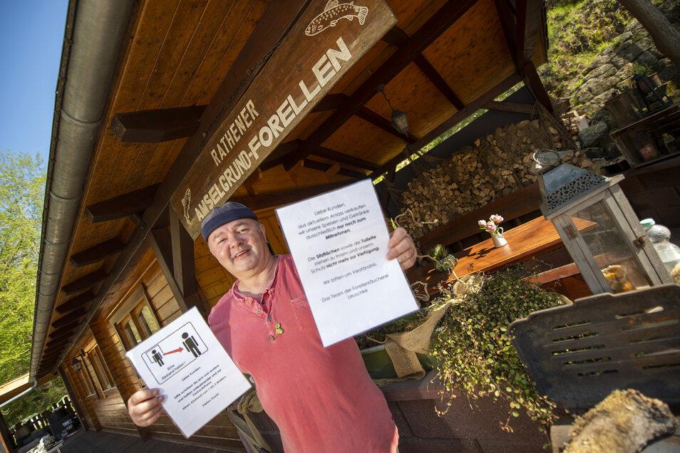 Uwe Knuth von der Forellen-Räucherei im Amselgrund in Rathen startet wieder mit dem Verkauf von Forellen - aber nur auf die Hand.