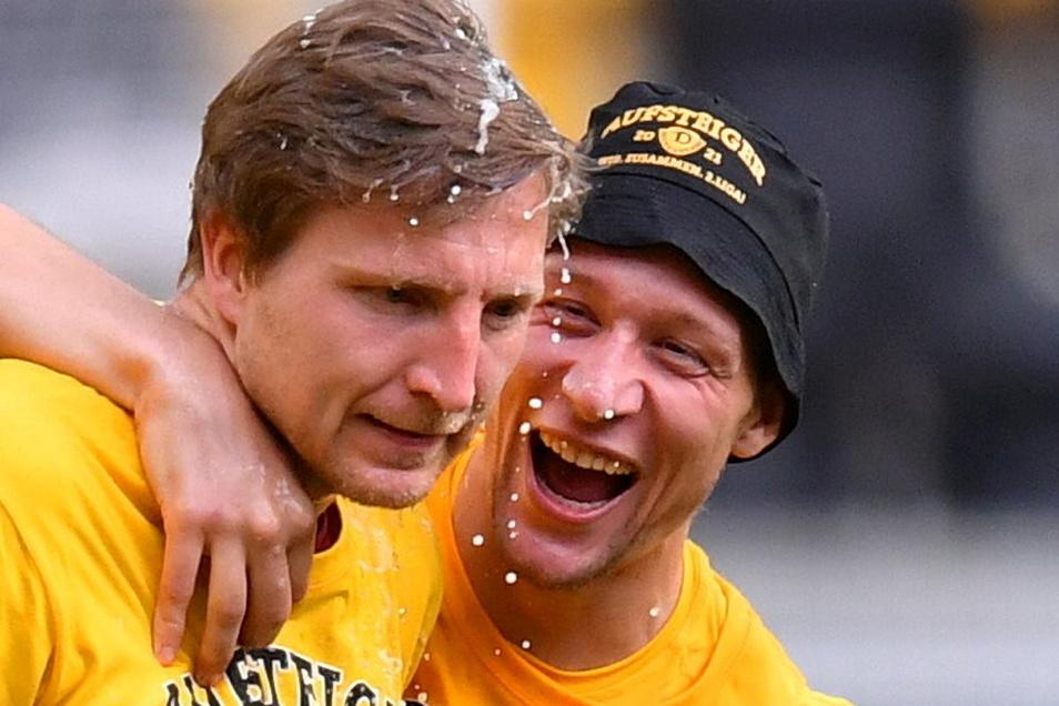 Mit einer Bierdusche haben sie nach dem Aufstieg im Mai gemeinsam gefeiert: Nun wird Marco Hartmann (l.) bei Dynamo verabschiedet, Tim Knipping fällt lange verletzt aus.
