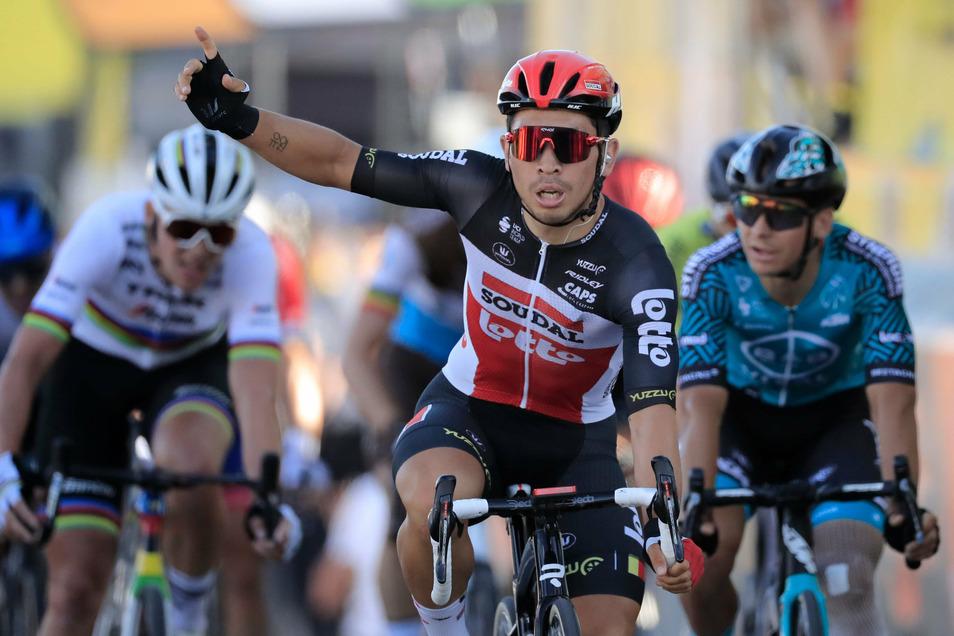 Der Australier Caleb Ewan vom Team Lotto·Soudal, feiert die Überquerung der Ziellinie.