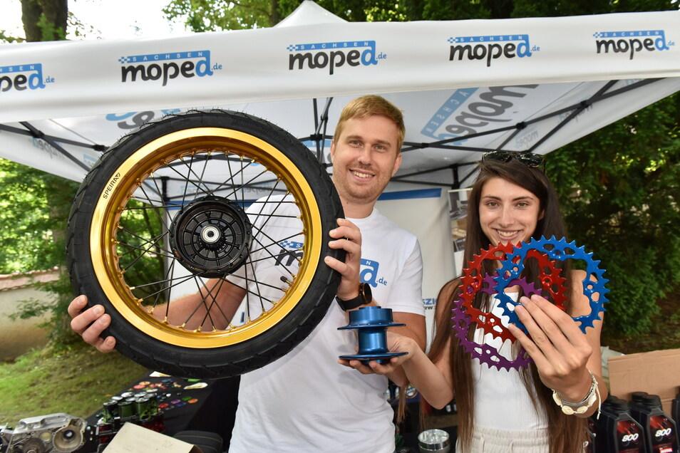 Tamas Orban und Szilvia Szabo zeigen Teile für Simson-Mopeds, die sie in ihrer Firma im Freitaler Technologiezentrum produzieren und vertreiben.