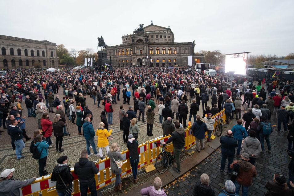 """""""Veranstalter wiederholt auf die Situation hingewiesen"""": Weitgehend maskenfrei kamen Tausende am Samstag auf den Theaterplatz."""