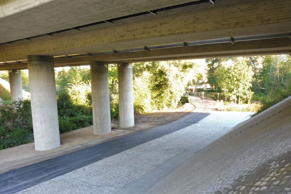 Neu asphaltiert: Der südliche Postweg führt jetzt von der Seidewitz als frisch asphaltiertes Band in Richtung Penny-Markt.