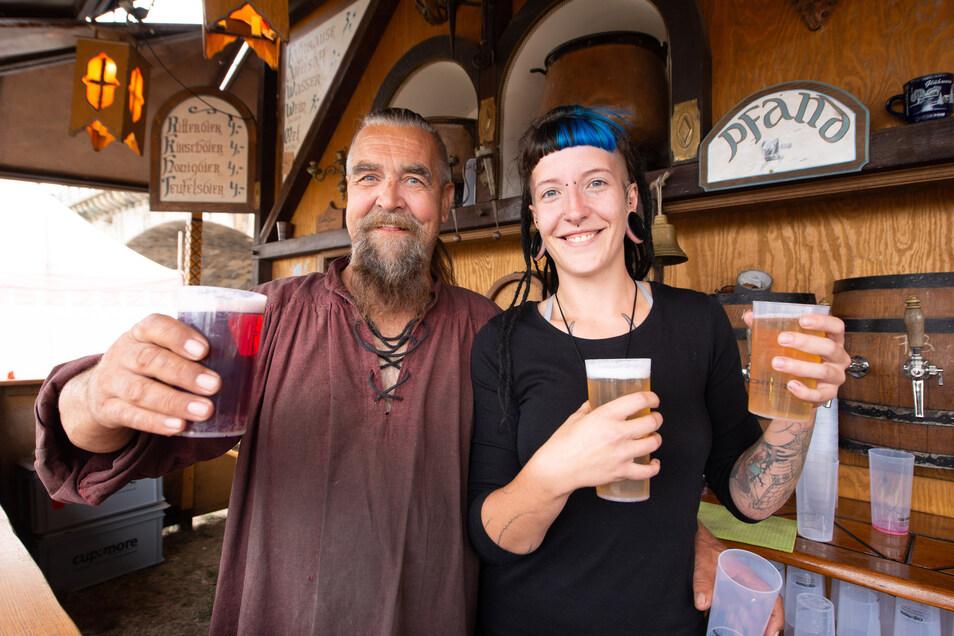 Guter Dinge auf dem Mittelalter-Markt: Marie Michaelis und Chef Herbie.
