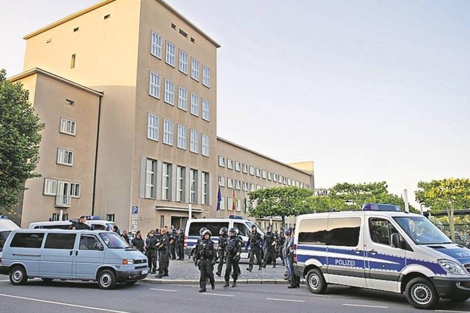 Polizisten vor dem Parlamentsgebäude, dessen Türen für die Rechten geöffnet wurden.