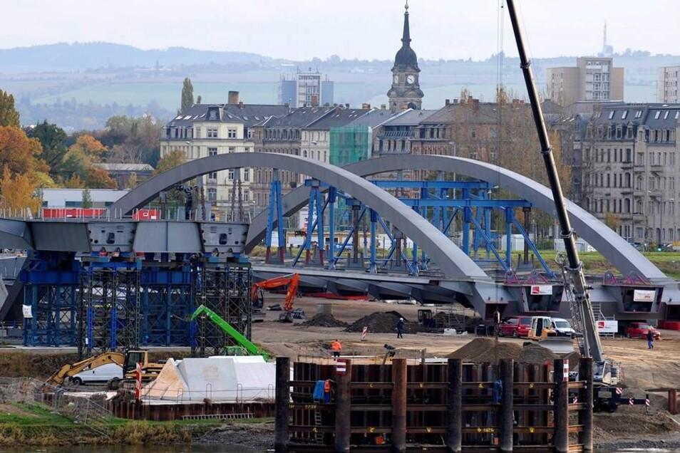 Bauarbeiten 2010  Im Oktober 2010 stand die 148 Meter lange Stahlkonstruktion des Brückenbogens bereit.