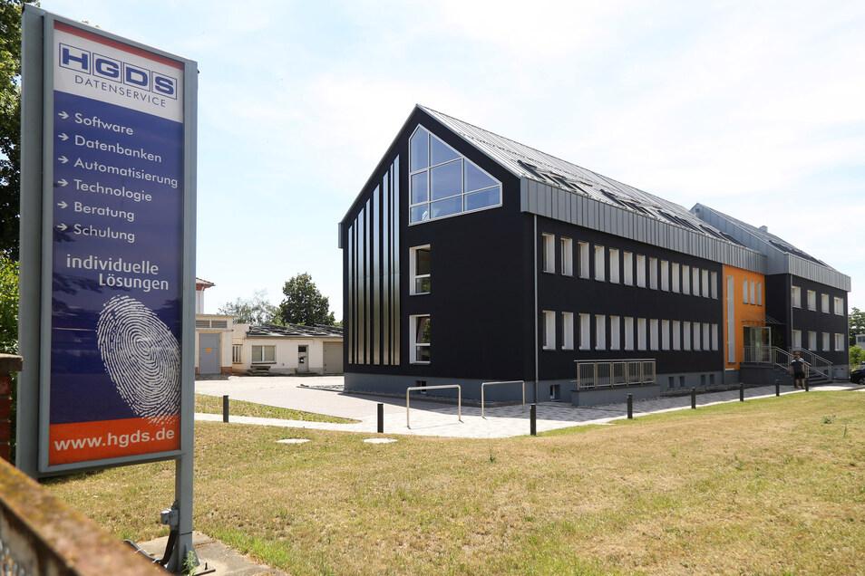 Das Unternehmen hat seinen Sitz an der Robert-Koch-Straße. Von dort aus sind die Mitarbeiter weltweit tätig. Ihr Spezialgebiet sind Automatisierungs-Lösungen für diverse Branchen.