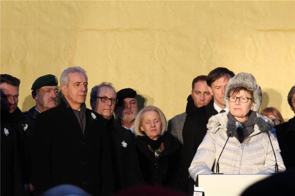 Auftakt der Aktion war eine Kundgebung: Auf dem Platz vor der Kreuzkirche hören etwa 500 Menschen der Rede von Oberbürgermeisterin Helma Orosz zu.