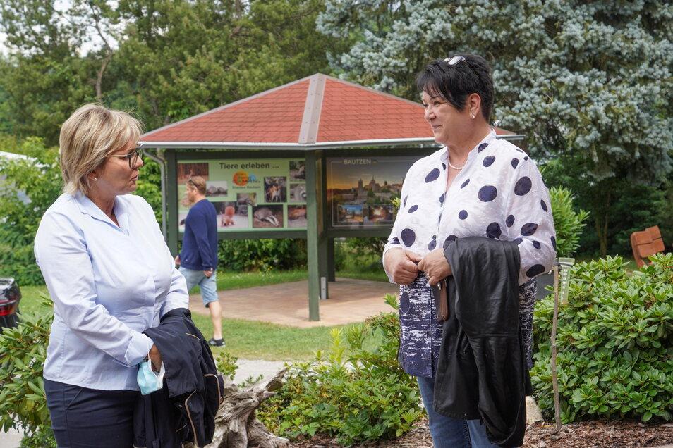 Sachsens Tourismusministerin Barbara Klepsch (l.) besucht in dieser Woche zahlreiche Tourismusbetriebe im Freistaat und sprach dabei am Mittwoch auch mit der Inhaberin des Campingplatzes an der Bautzener Talsperre Birgit Haubner.