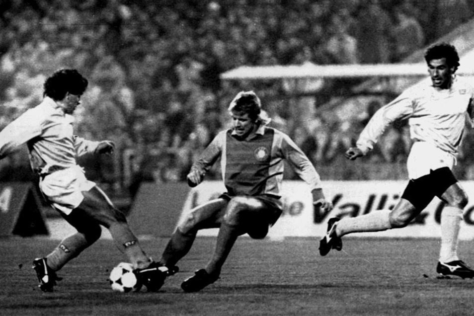 Lok-Verteidiger Matthias Lindner (Mitte) versucht Neapel-Star Diego Maradona zu stoppen. Rechts wartet Careca auf den Pass. Das Hinspiel 1988 endet 1:1.
