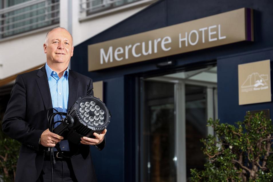 Die Technik ist bereit: In der Nacht zu Dienstag soll auch das Riesaer Mercure-Hotel rot leuchten. Reiner Striegler ist Chef der Betreibergesellschaft Magnet.