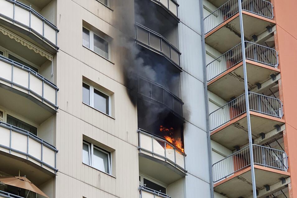 Flammen schlugen am Sonntag aus der achten Etage eines Hochhauses in Pirna.