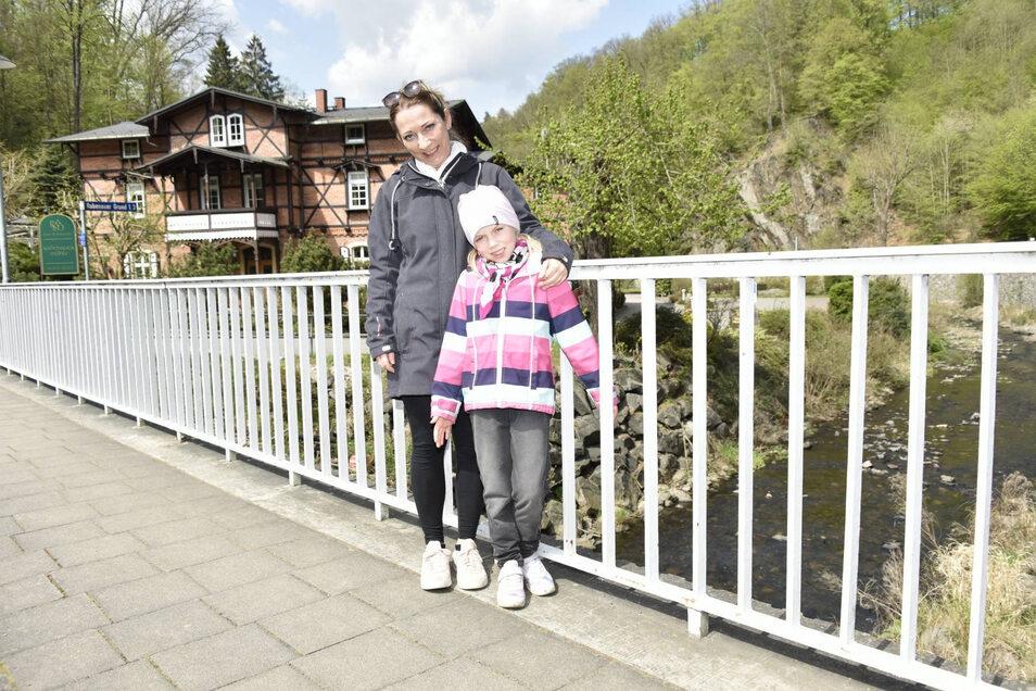 Silke Hetz und ihre Tochter Pauline aus Dresden auf Erkundungstour im Rabenauer Grund.