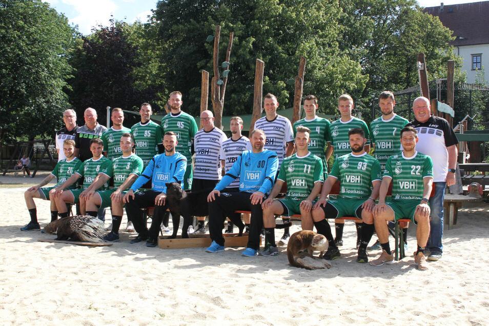 Mit diesem Personal will der LHV Hoyerswerda die neue Handball-Sachsenliga-Saison 2020/2021 angehen: Oben (stehend) von links nach rechts: Jürgen Schröter (Präsident); Holger Droge (Mannschaftsleiter); Ben Nitzsche; Tim Baugstatt; Gary Biele; Torsten T