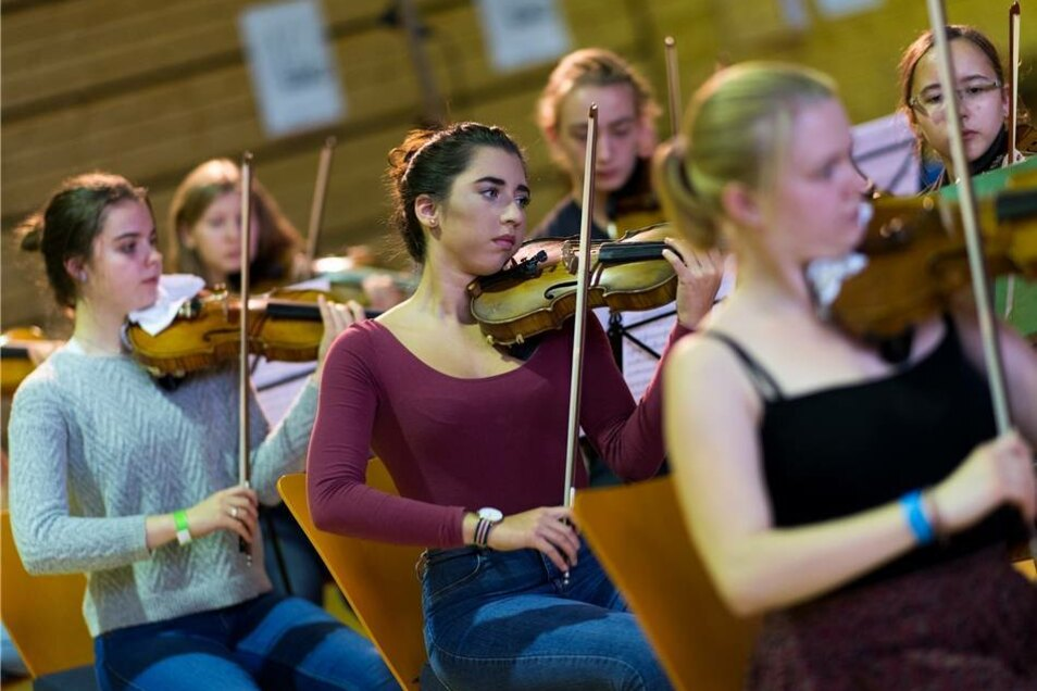 Die 15-jährige Loretta Bölk (M) und weitere Mitglieder des Landesjugendorchesters Sachsen proben in der Turnhalle der Dresden International School in Dresden.