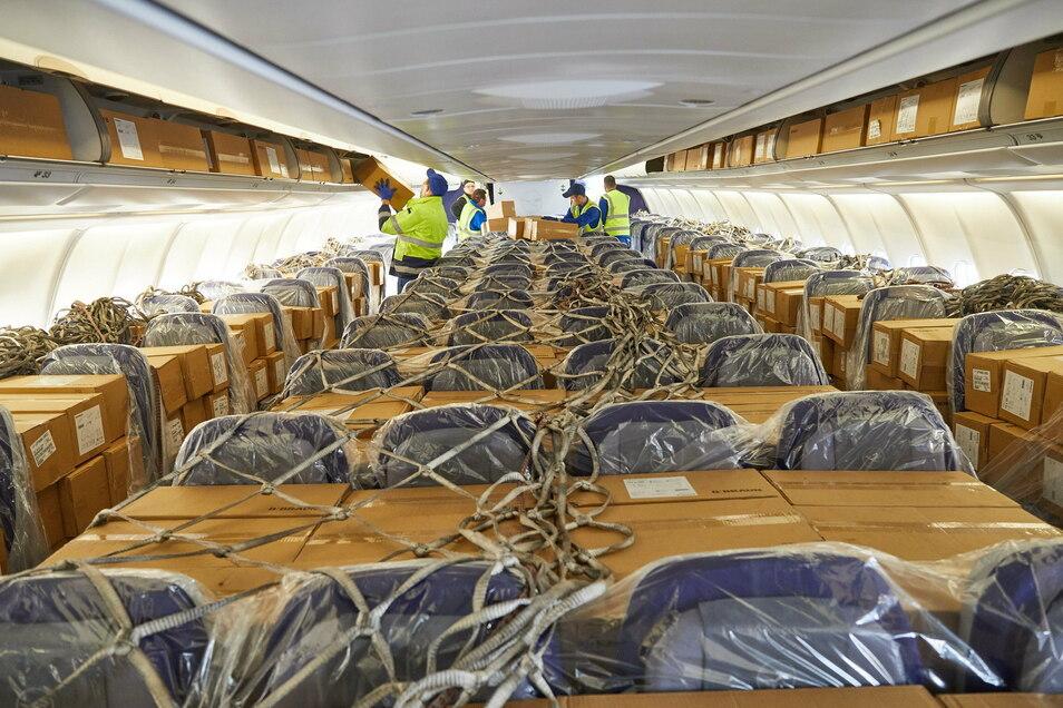 DB Schenker und Lufthansa Cargo haben im Frühjahr Atemschutzmasken von Schanghai nach Frankfurt geliefert. Um die 6.000 Kartons unterzubekommen, wurden auch die Sitzreihen bepackt.