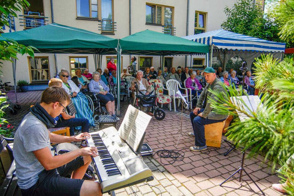 """Schüler der Oberschule Bischofswerda musizierten jetzt schon zum dritten Mal vor Bewohnern des Diakonischen Altenpflegeheimes """"Zur Heimat""""."""