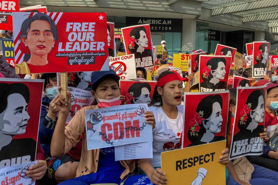 Myanmar, Yangon: Demonstranten zeigen Bilder der inhaftierten Regierungschefin Aung San Suu Kyi und protestieren gegen den Militärputsch.