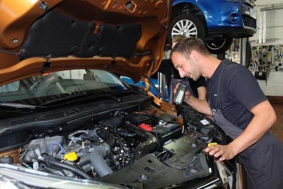 Der Beruf des Kraftfahrzeugmechatronikers ist bei Azubis im Kreis Bautzen beliebt. Neun Ausbildungsverträge wurden dafür kürzlich unterschrieben. Viele Handwerksbetriebe suchen noch Nachwuchs.
