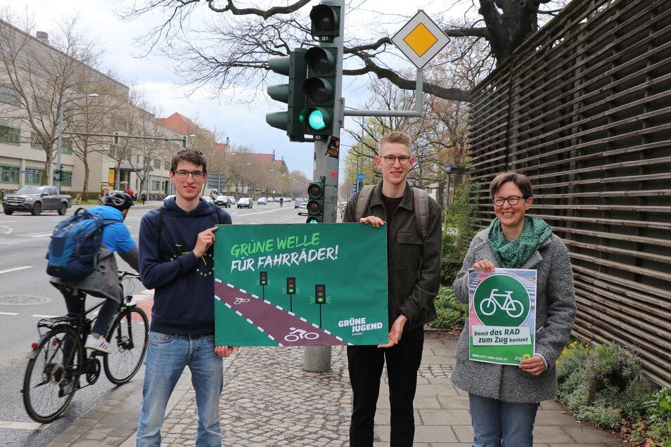 Sie wollen die Grüne Welle in Dresden (v.l.n.r.): Tom Fabian Knebel (Stadtbezirksbeirat Altstadt), Timo Frahm (Grüne Jugend Dresden) und Ulrike Caspary (Stadträtin und Sprecherin für Rad- und Fußverkehr).