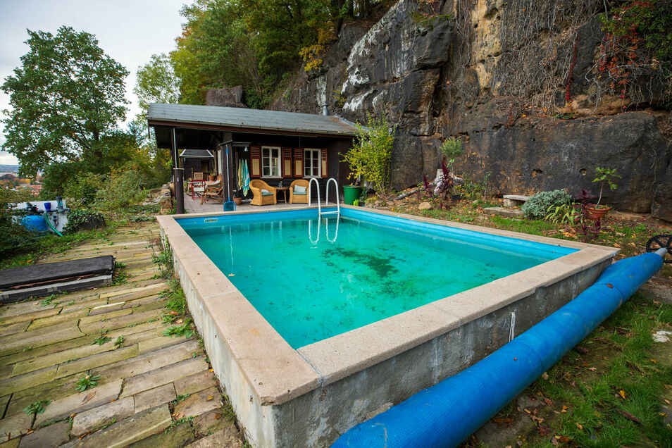 Idyll am Elbhang: Der Garten der Reimanns verfügt nicht nur über ein hundert Jahre altes Häuschen, sondern auch über einen Pool.