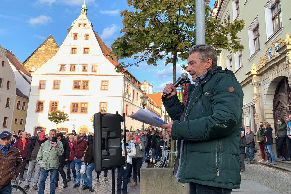 Stadtrat Tim Lochner sprach auf einer Bank stehend zu den Demonstranten. Den meisten Applaus bekam er, als er von Zwangsimpfungen sprach.