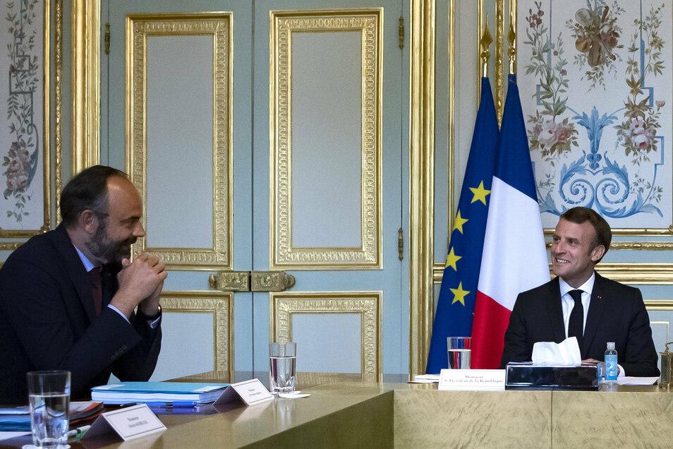 Édouard Philippe (l.) hatte in Umfragen zuletzt deutlich besser abgeschnitten als Frankreichs Präsident Emmanuel Macron.