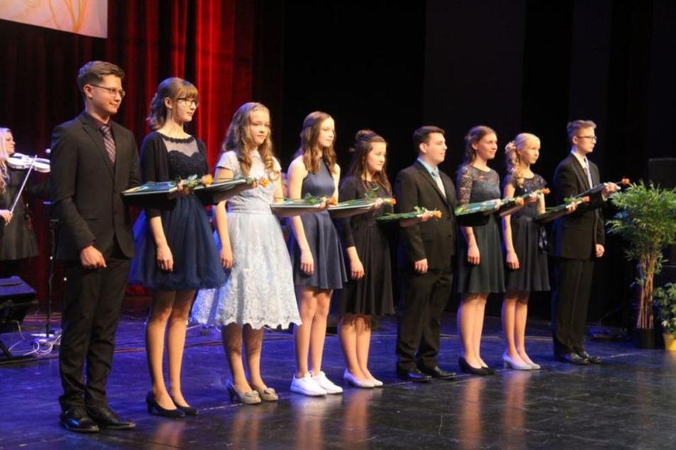Am Sonnabend begannen in Bautzen die Jugendweihefeiern. Zu den ersten, die im Theater den Schritt ins Erwachsensein vollzogen, gehörten 46 Schüler des Schiller-Gymnasiums.