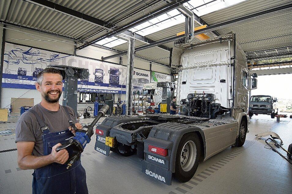 Raphael Beger wartet und repariert mit seinen Kollegen landwirtschaftliche Fahrzeuge, Transporter und Autos. Durch die gesperrten Kreisel am Harthaer Kreuz bleiben zurzeit allerdings einige Kunden fern.