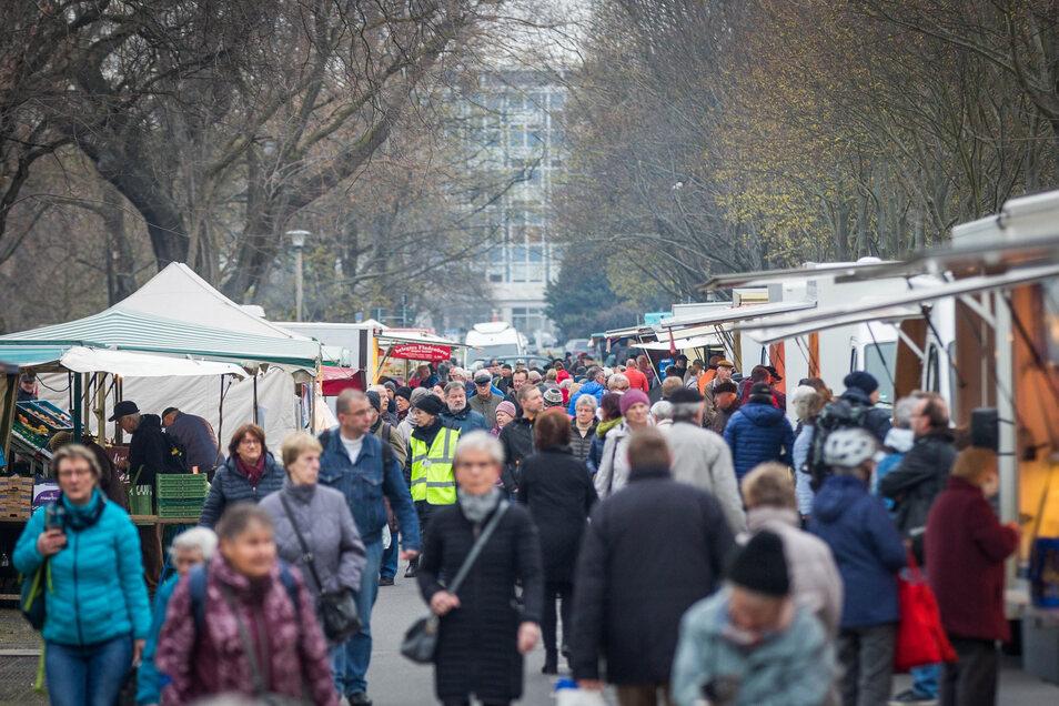 Der Wochenmarkt an der Lingnerallee findet dieses Mal am Donnerstag statt. Oberbürgermeister Dirk Hilbert (FDP) lässt Besucher nur mit Mundschutz drauf.