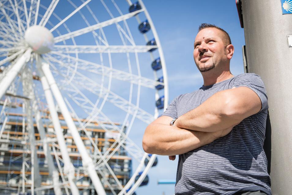 Betriebsleiter Gabriel Pal und seine Mitarbeiter wollen den Dresdnern in Zeiten ohne große Feste eine Attraktion bieten. Das Riesenrad ist eines der größten Deutschlands.