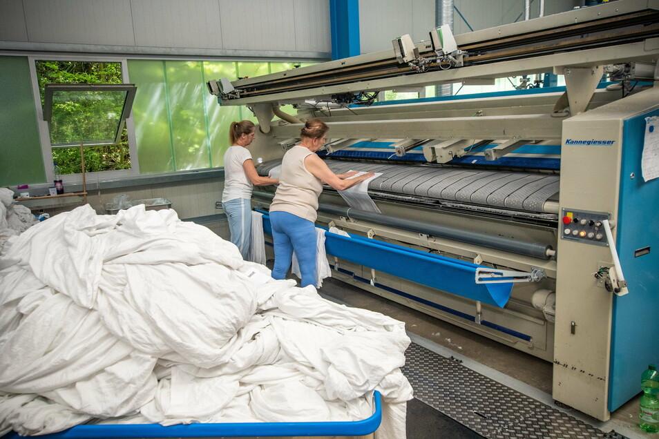 Von solchen Wäschebergen können die Mitarbeiter des Roßweiner Betriebsteils des Textil-Service Chemnitz derzeit nur träumen. Wegen Corona stehen die Maschinen still.