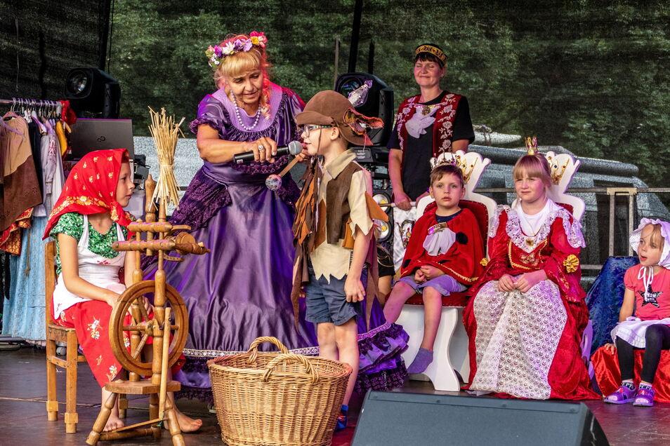 Märchenfee Lia bezieht die Kinder bei ihren Märchen mit ein. Sie bekommen Kostüme und dürfen das Märchen spielen.